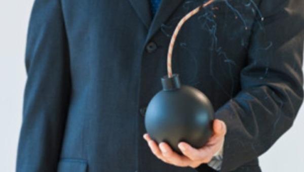 Влюбленный мужчина решил порадовать избранницу бомбой