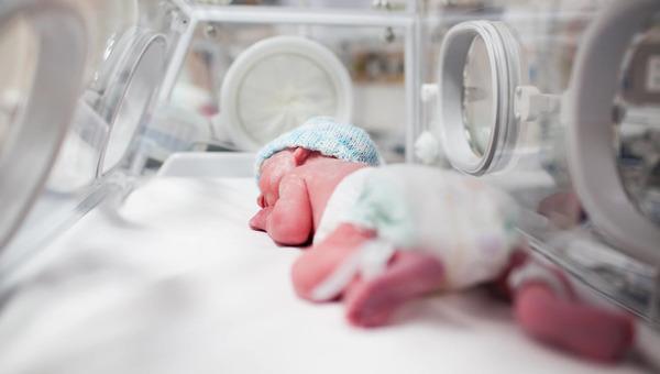 В Подмосковье врачи выходили малышку, родившуюся на 28 неделе беременности
