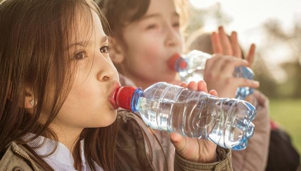 Какие напитки в жаркую погоду пить вредно?