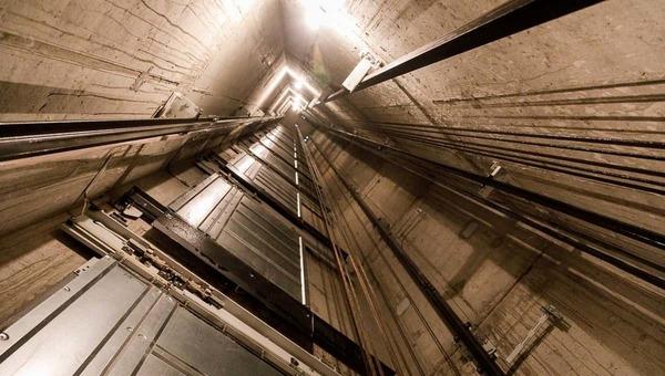 В Москве рухнул лифт с десятком людей внутри