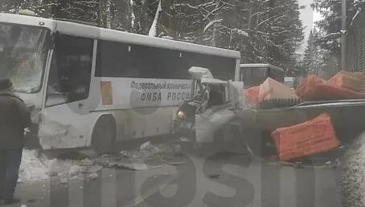 Грузовик протаранил автобус, полный врачей