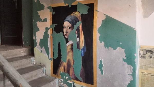 В российском городе подъезд дома превратили в галерею