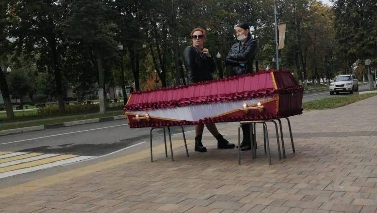 Женщина привезла свою сестру в гробу к администрации в Подмосковье