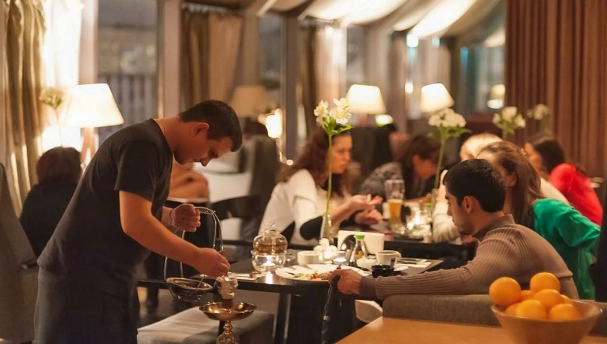 В Москве посещение ресторанов отныне только по справкам