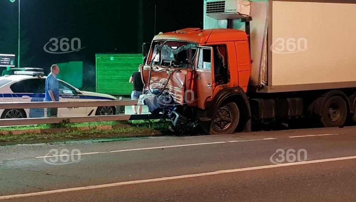 Воскресным вечером в серьезное ДТП на Калужском шоссе попали КамАЗ и Kia