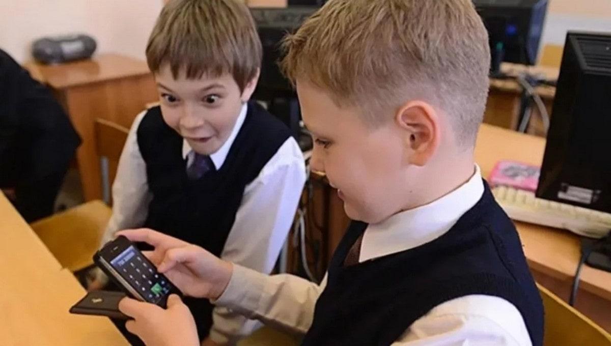Отныне смартфоны под запретом на школьных уроках