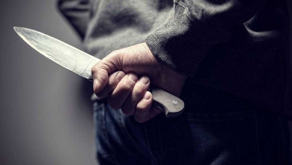 Старшеклассник напал с ножом на школьника