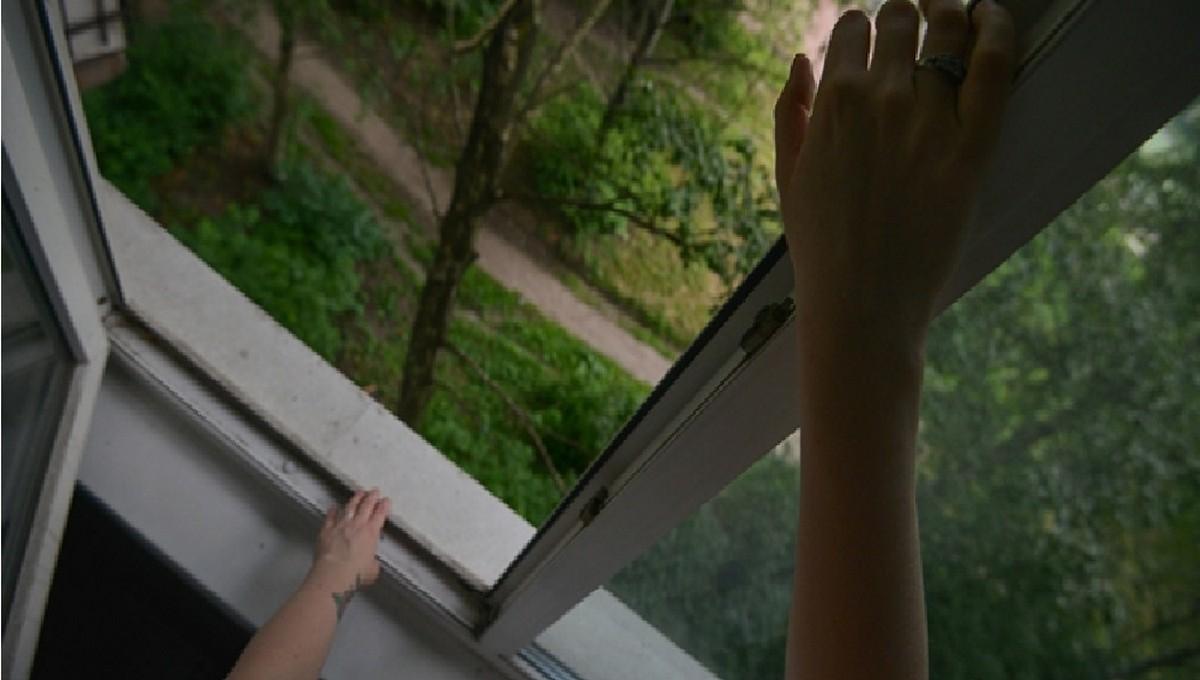 Несовершеннолетняя девочка была вынуждена прыгнуть в окно