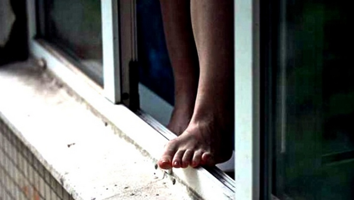 Девочка выпрыгнула из окна, спасаясь от отца