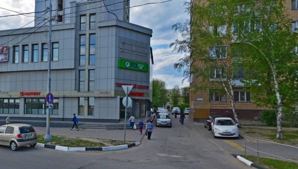 Работяга упал с крыши торгового центра в Серпухове