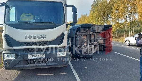 Три грузовика и легковушка создали мощный затор на трассе М-2