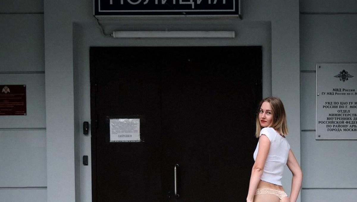 Девушку, сверкнувшая попой напротив ОВД, угодила за решетку