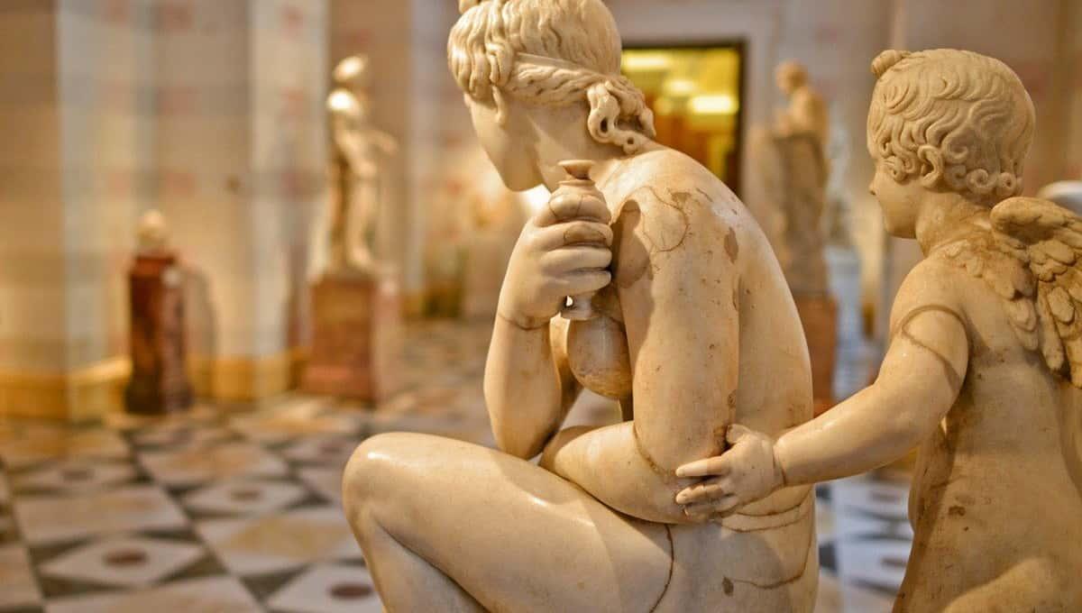 В Петербурге пожаловались на обнаженные скульптуры в Эрмитаже