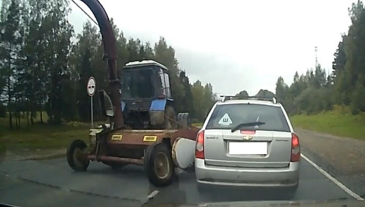 Трактор «вспахал» несколько автомобилей на «бетонке»
