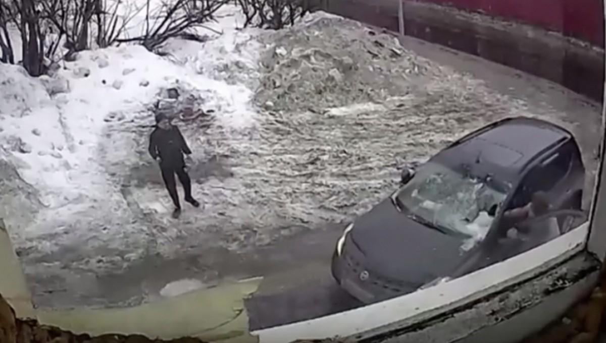 Глыба льда обрушилась на машину с людьми