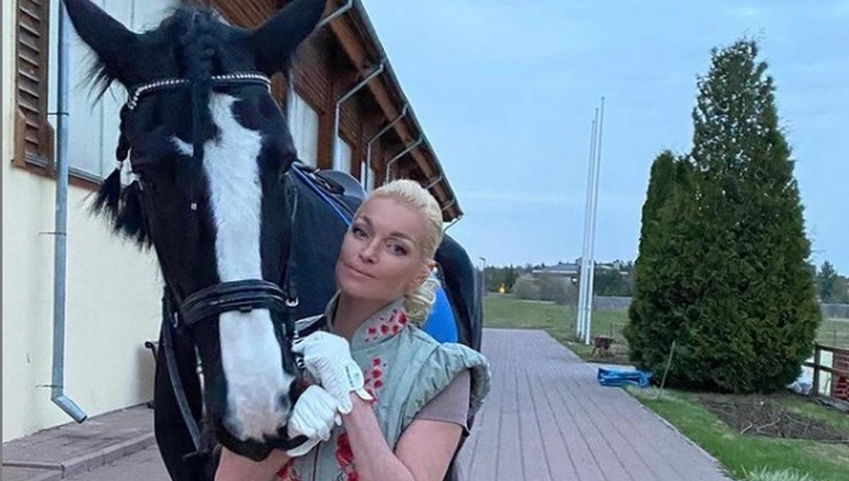 Анастасия Волочкова отличилась в конном клубе в Подмосковье